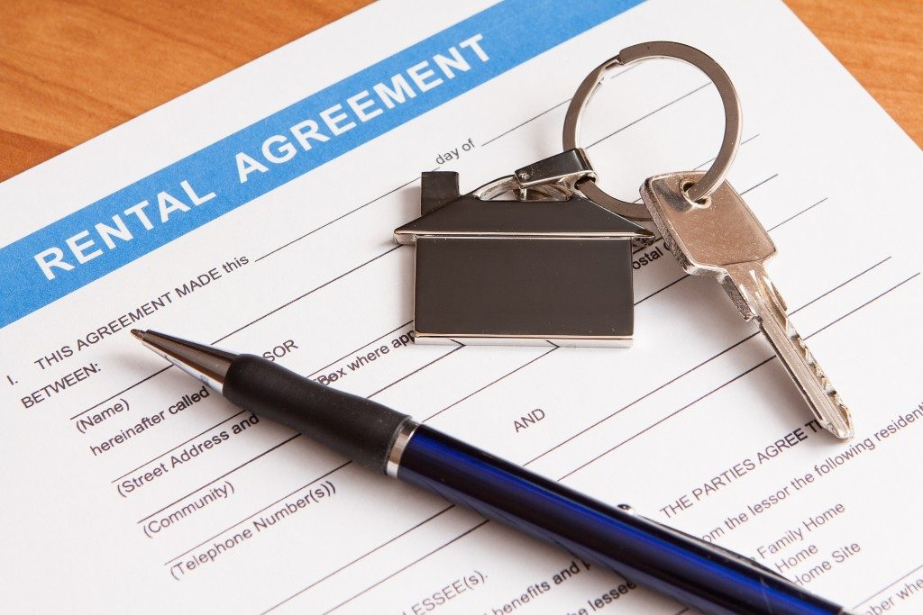 rental agreement and house keys