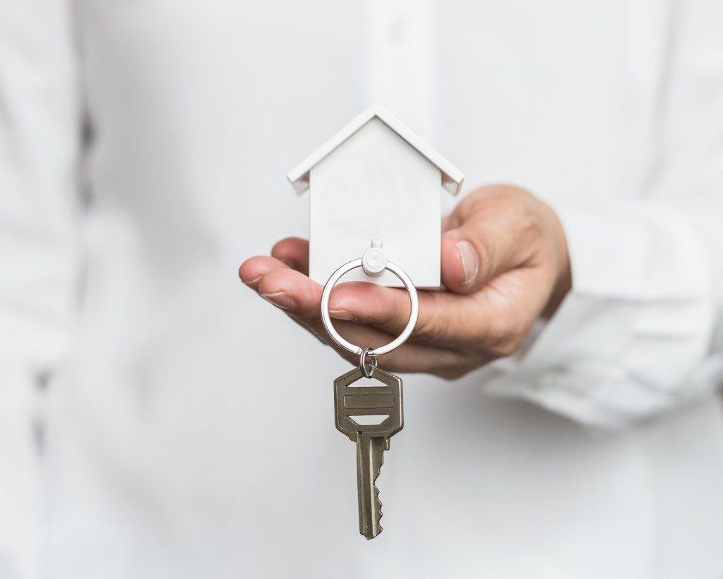 white house model and keys