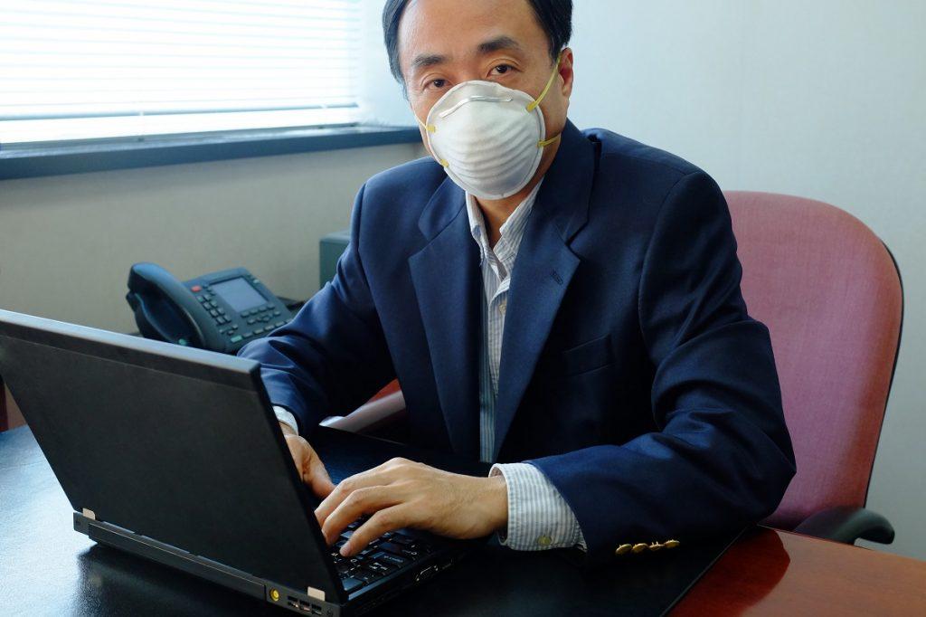 Man using facemask